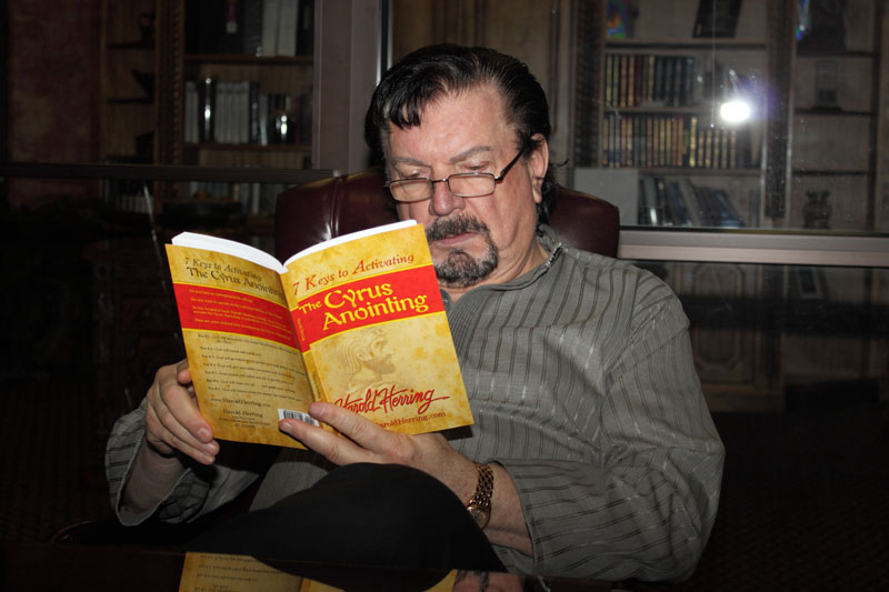 Dr. Mike Murdock Reading 7 Keys To Activating The Cyrus Anointing